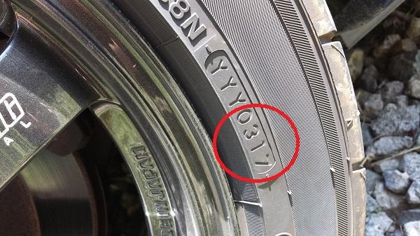 タイヤの側面にある数字が製造年月を示しています。